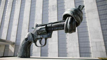 """Atomwaffen und Krieg """"Der Mensch wär' gut, anstatt so roh, doch die Verhältnisse, die sind nicht so."""" (Berthold Brecht)"""